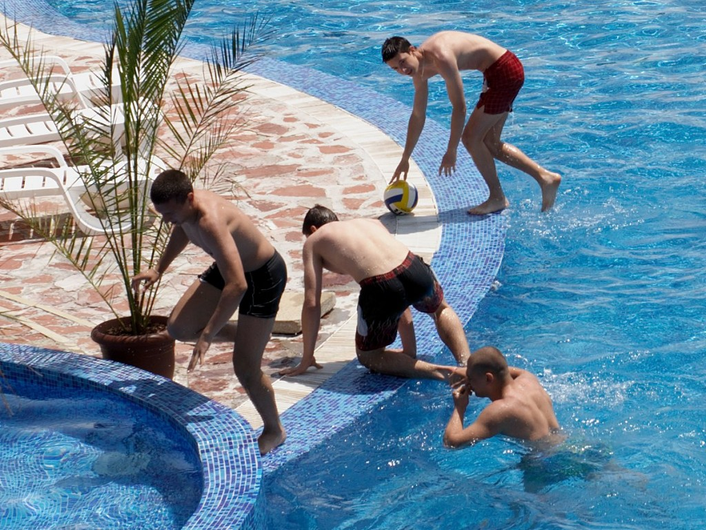 котарляци си изтръскват хлорираната вода