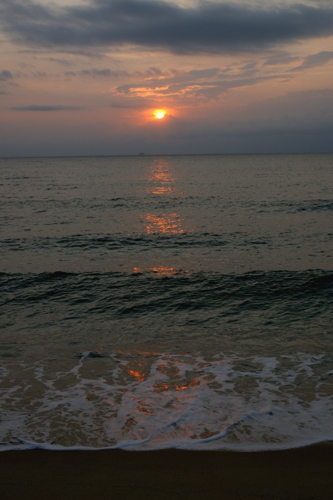 изгрев над вълните
