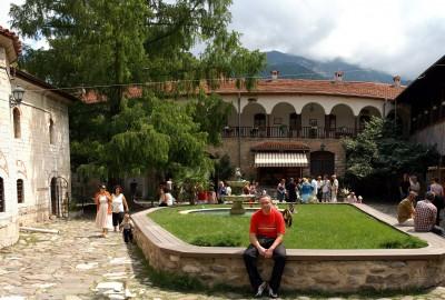 манастирски двор