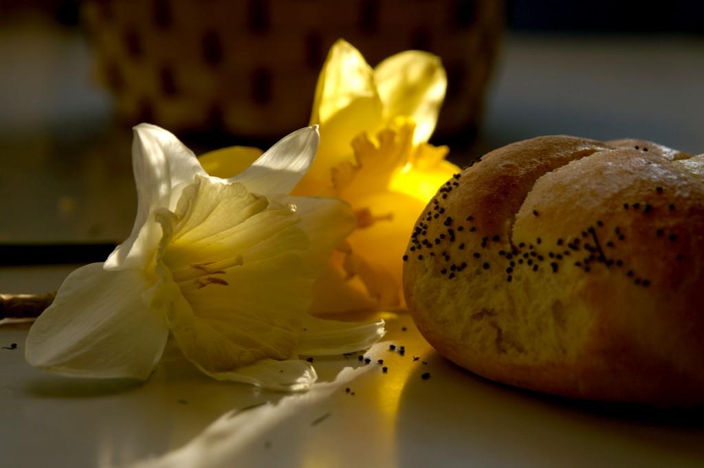 натюрморт с хляб и нарциси
